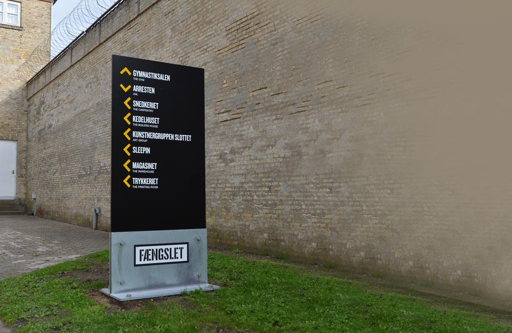 Wayfinding pylon skylt til Fængslet i Horsens Danmark