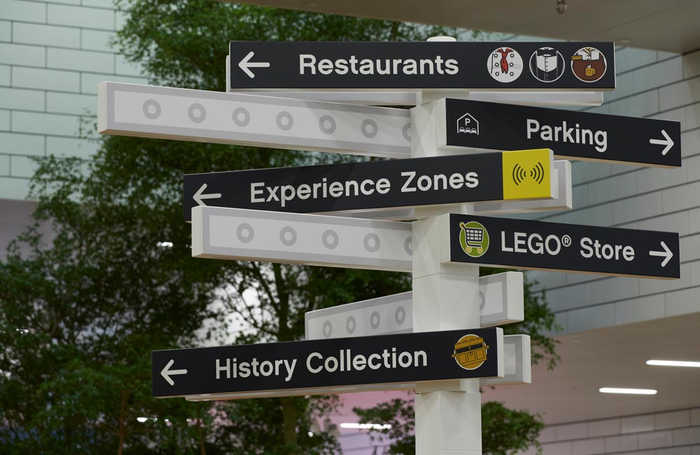 Wayfinding skilt for Lego House