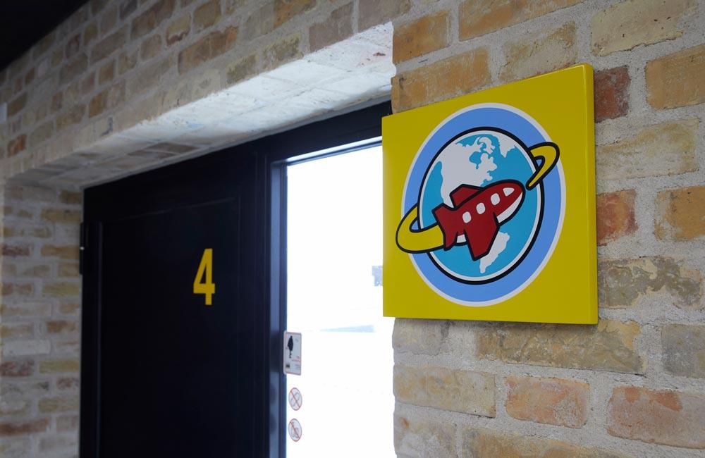 Wayfinding till dörr till Lego House i Billund Danmark